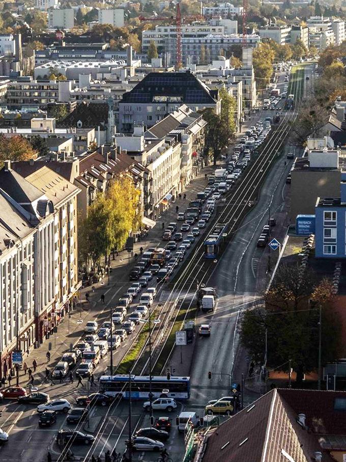 Die Berg-am-Laim-Straße am Morgen: Auto an Auto.