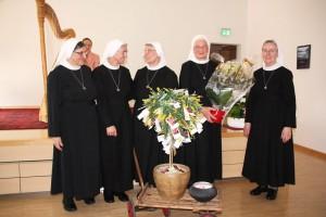 Schwester Theodora (Mitte) mit Generaloberin Schwester Rosa Maria