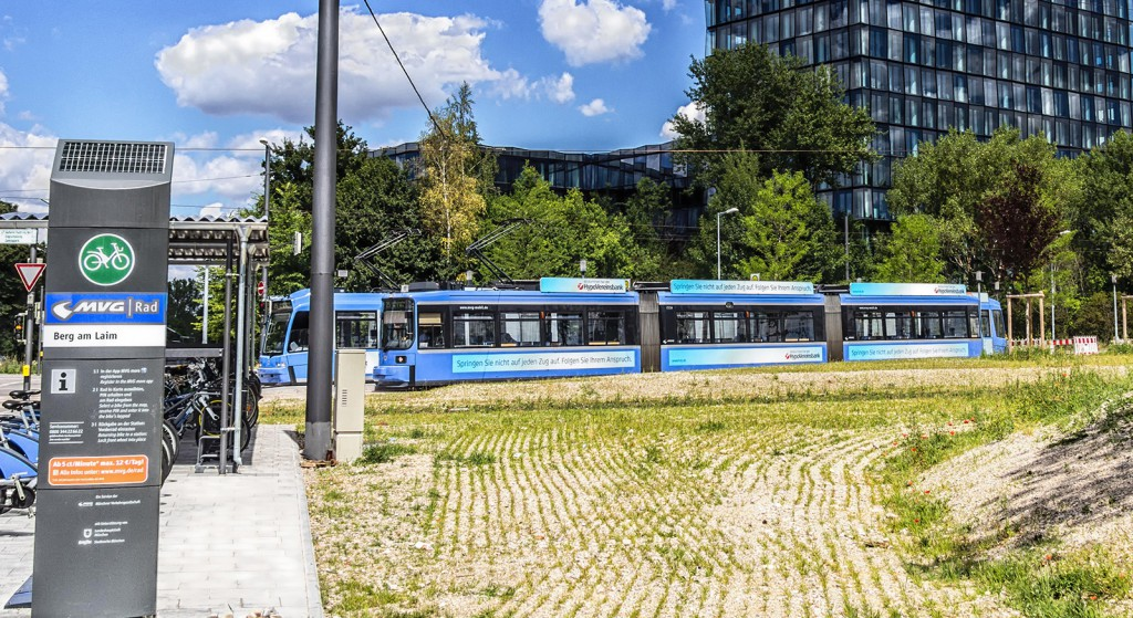 Tram am Bahnhof Berg am Laim