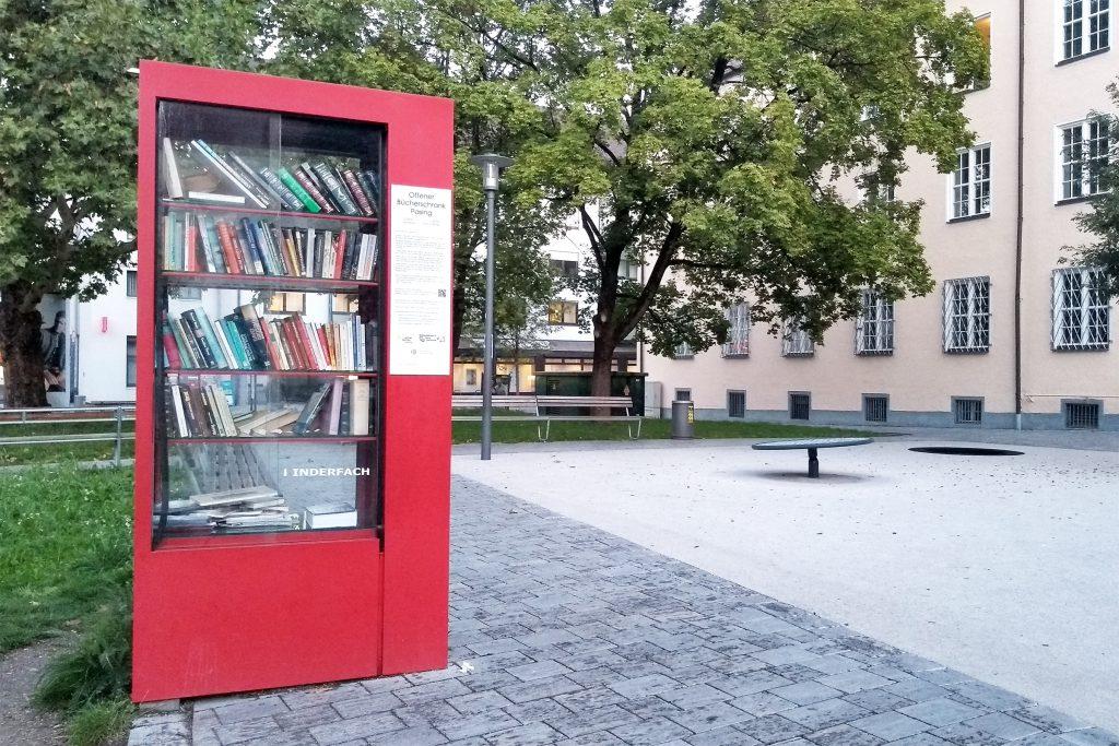 Bücherschrank in Pasing