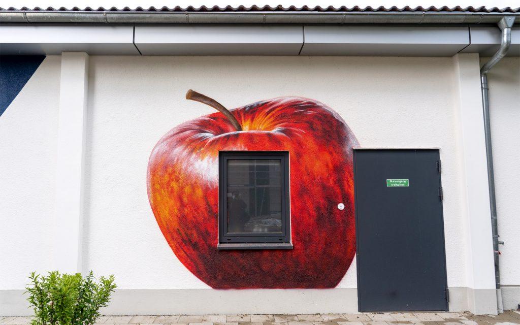 Apfel an der Wand
